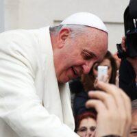 O Papa aos jovens: trabalhar por um modelo de economia alternativo ao consumista