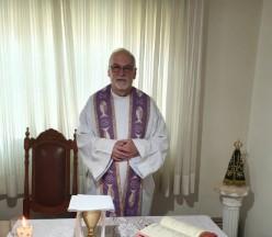 Monsenhor Claudemir celebra missa em intenção aos paroquianos