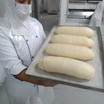 Monsenhor Claudemir visita fábrica do Pão de Santo Antônio