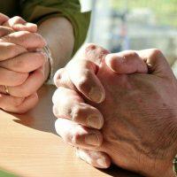 Devemos rezar uns pelos outros