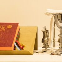 A Missa de sábado substitui a Missa dominical de preceito?